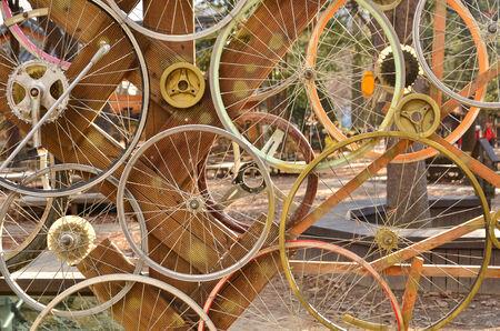自転車の車輪パターン背景を飾る。