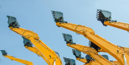 黄色の油圧腕の端に掘削機の掘削機のバケツ。 写真素材
