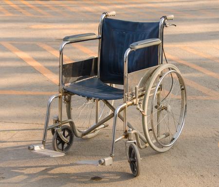 空の車椅子は、駐車場に駐車。 写真素材