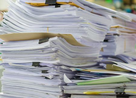 contabilidad: Pila de documentos en el escritorio de la pila en alto la espera de ser administrado. Foto de archivo