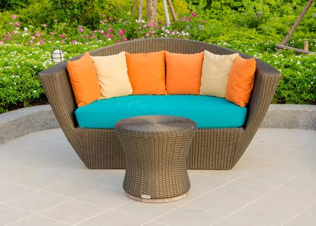 籐アームチェア家具ガーデン。 写真素材