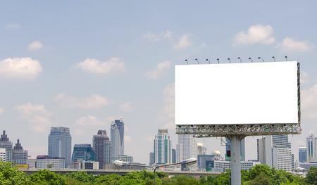 grand panneau blanc sur la route avec vue sur la ville de fond