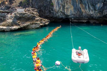 トラン, タイ - 6 月 11 日: エメラルドの洞窟または 2014 年 6 月 11 日の Morakot 洞窟。それは有名な洞窟ムック島や観光名所のほとんどがトラン、タイの