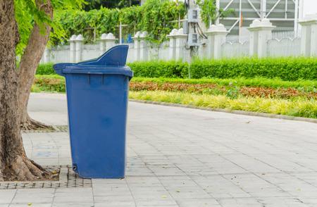 botes de basura: botes de basura en el parque al lado del camino a pie.