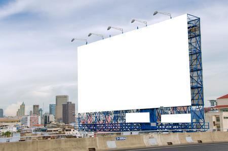 grand panneau blanc sur route avec vue sur la ville de fond. Banque d'images