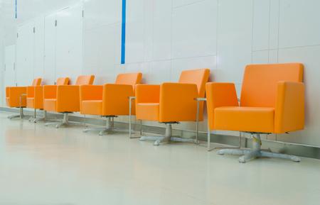 部屋の様式でモダンなオレンジ色の椅子。