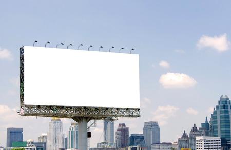 Grand panneau blanc sur route avec vue sur la ville de fond Banque d'images - 32526242