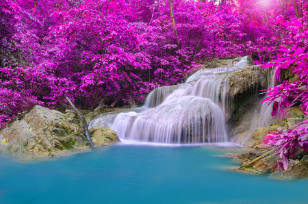 エラワン滝国立公園の深い森の中の滝