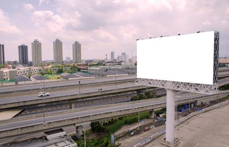 Grand panneau blanc sur route avec vue sur la ville de fond. Banque d'images - 35657655