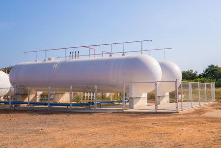 Réservoirs de stockage de gaz naturel dans les installations industrielles. Banque d'images - 35875535