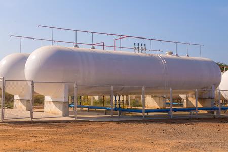 工場で天然ガス貯蔵タンク。 写真素材 - 35875543