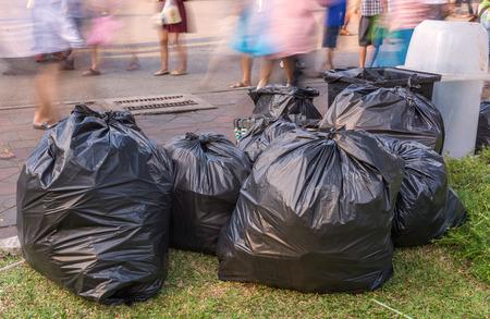 歩道にゴミ袋。