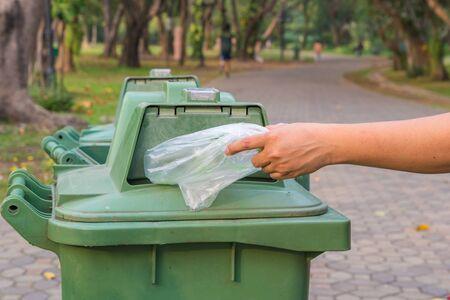 botes de basura: Mano botella tirar botes de basura Foto de archivo