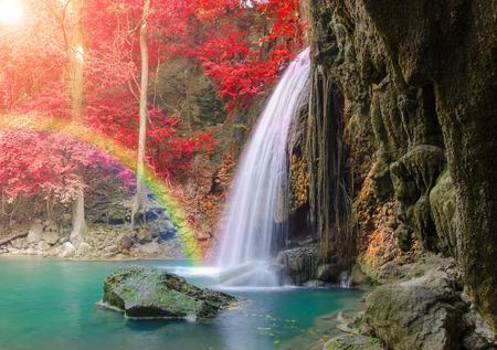 虹とエラワン滝国立公園、Kanjanaburi タイで深い森に赤い葉の素晴らしい滝。