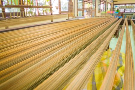 textile industry: tejer el hilo para la industria textil. Foto de archivo