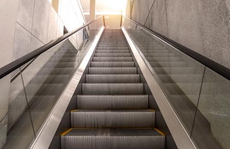 escalera: escaleras mecánicas escalera interior moderno edificio de oficinas.