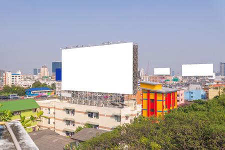 grand panneau blanc avec vue sur la ville de fond Banque d'images