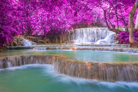 landschap: Waterval in het regenwoud (Tat Kuang Si Watervallen in Luang Prabang, Laos.)
