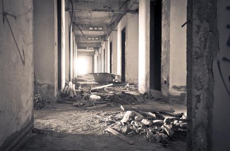 古い内部工事未完成の建物を放棄しました。