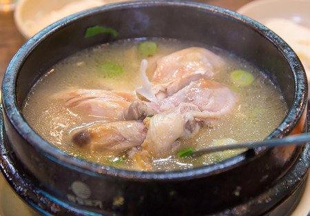 sopa de pollo: sopa de pollo con ginseng, la comida coreana.