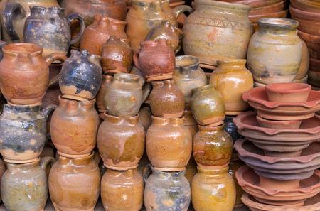 ollas de barro: Crisoles de arcilla cer�mica en el mercado.