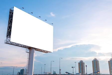 大きなブランクの看板の新しい広告の準備ができて。