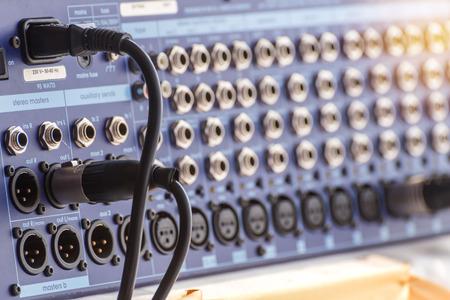 ジャック オーディオ コネクタは、サウンド ミキサーに接続されます。 写真素材