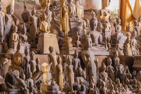 bouddha: L'ancienne statue de Bouddha dans la grotte au Laos.