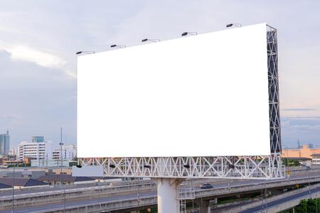 Grand panneau blanc sur route avec vue sur la ville de fond. Banque d'images - 47004929