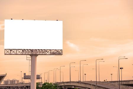 Grand panneau blanc sur route avec vue sur la ville de fond. Banque d'images - 47844029