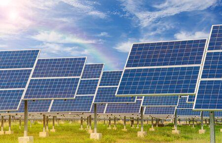 energia solar: Planta de energía utilizando la energía solar renovable con el cielo azul