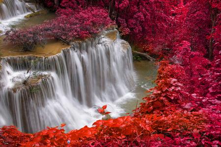 Waterval in diepe regenwoud jungle (Huay Mae Kamin Waterfall in Kanchanaburi Province, Thailand)