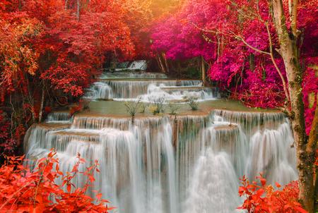 Waterval in diepe regenwoud jungle (Huay Mae Kamin Waterfall in Kanchanaburi Province, Thailand) Stockfoto