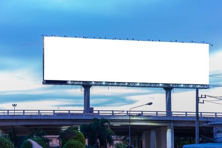 新しい広告の準備ができての夕暮れ時にブランクの看板。