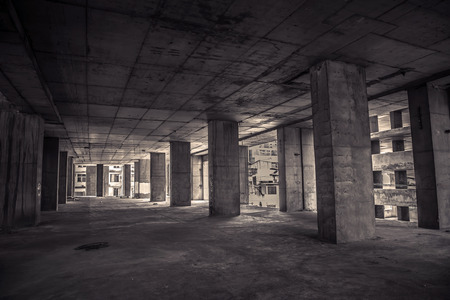 Binnenkant van de oude verlaten gebouw met de bouw onvoltooid. Stockfoto