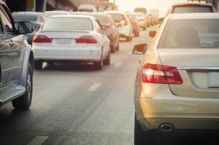 mermelada: atasco con filas de coches durante las horas pico en la carretera. Foto de archivo