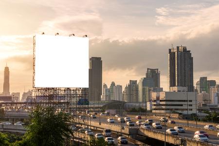 シティ ビューの背景の建物に大きなブランクの看板。 写真素材