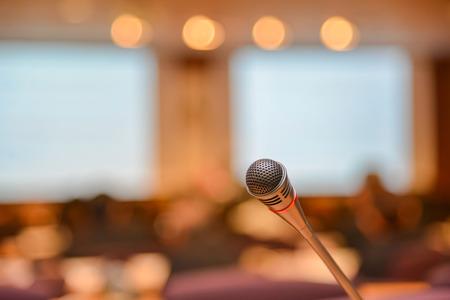 Mikrofon w sali konferencyjnej przed konferencją.