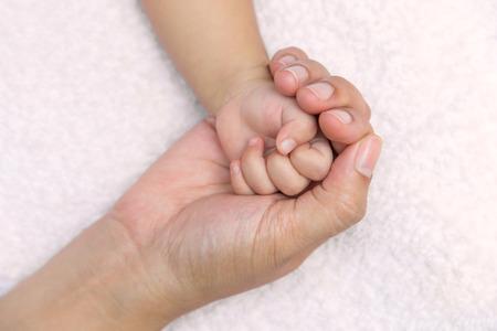 Nouvelle main bébé né à maman paume.