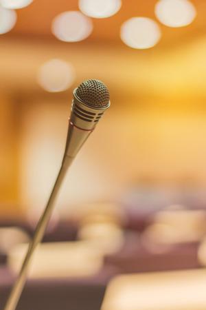 Microphone dans une salle de réunion avant une conférence. Banque d'images - 60800855