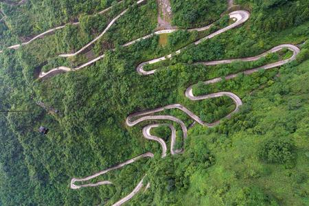 Téléphérique avec sinueux et courbes de route dans le parc national de Tianmen zhangjiajie, province du Hunan, Chine. Banque d'images - 67106397