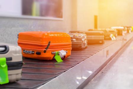 Walizka lub bagażu z taśmy przenośnika na lotnisku.