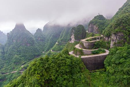 Enrolamento e estrada de curvas no Parque Nacional de Tianmen montanha, província de Hunan, China Foto de archivo - 78152607