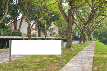 ブランクの看板は緑豊かな公園ゾーンで新しい広告の準備ができて。 写真素材