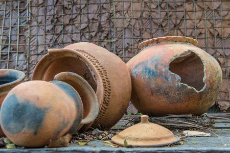 Roto olla de barro antiguo o jar tradicional en la choza abandonada.