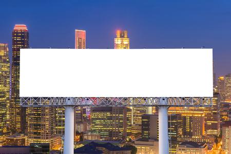 Blank billboard voor reclame in de stad het centrum van 's nachts.