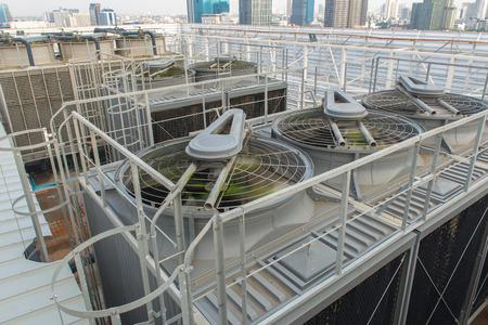 Ventilatiesysteem op het dak van het gebouw.