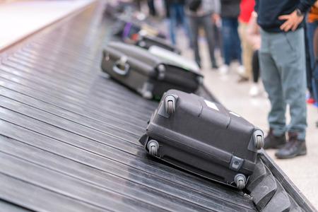 Valigia o bagaglio con nastro trasportatore in aeroporto.