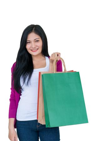 白い背景、消費者主義、販売、人々のコンセプトに隔離されたバッグを持つ買い物女性。