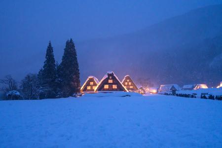 La neige qui tombe sur Light Up Festival en hiver à shirakawago Gifu Chubu au Japon. Banque d'images